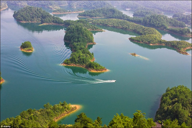 There is a chain of over 1,078 man-made large islands and a few thousand smaller ones at Qiandao Lake.