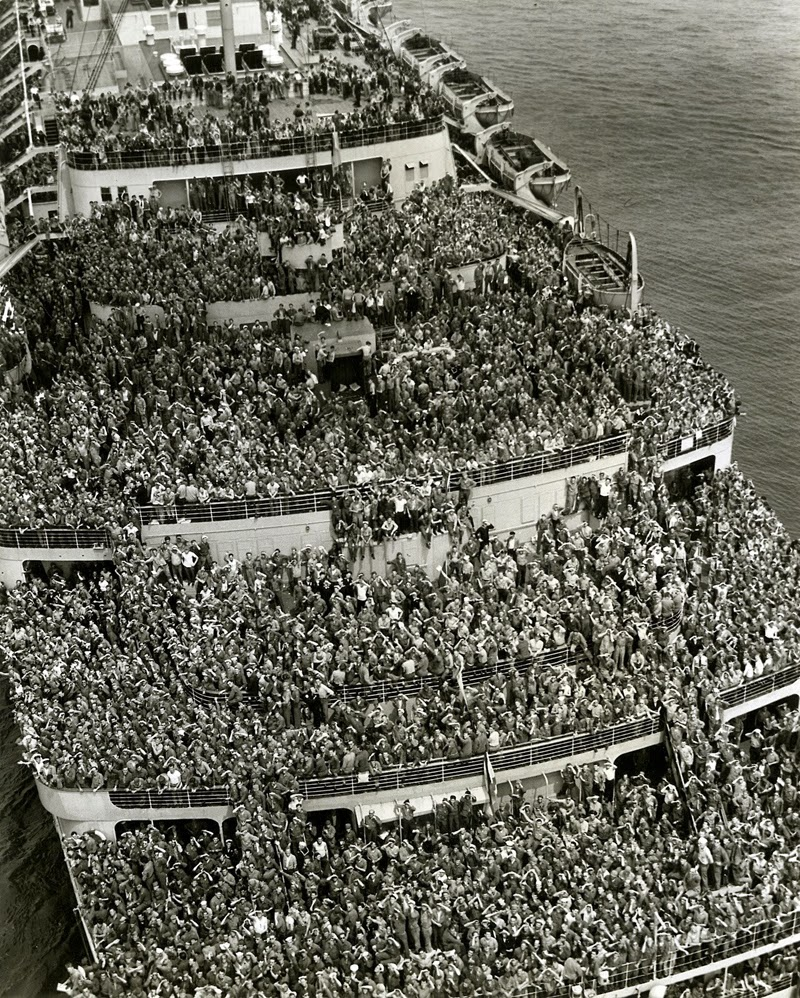 1945, a crowded ship as it brought American troops after V-Day to New York