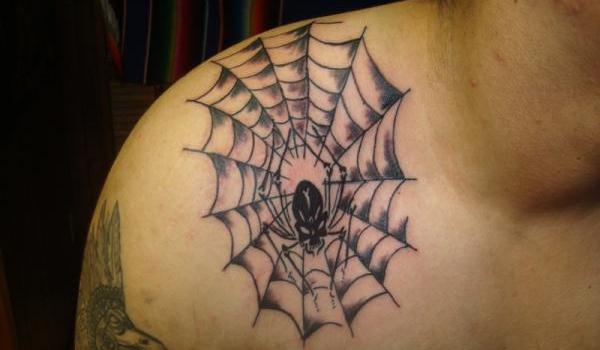 shoulder spider web -tattoo