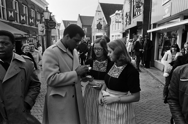 Muhammad Ali signing autographs for Volendam girls