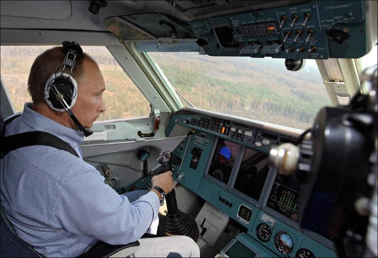 Vladimír Putin pilotujúc lietadlo pri hasení požiarov v Rusku